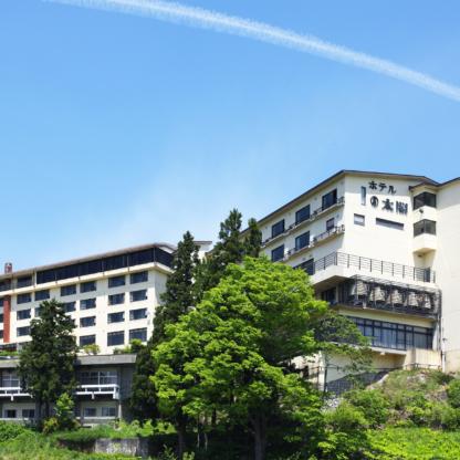 絶景 百名山「妙高山」の麓、 窓からの美しい風景と赤倉温泉の名湯を楽しむ