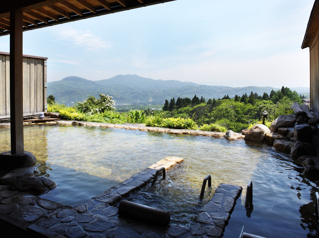 ホテル太閤 Relaxation 湯らぐ 妙高山の大パノラマが広がる自慢の露天風呂と大浴場。新潟随一の湯所としても知られ、数々の文豪にも愛されてきた「赤倉温泉」。「硫酸塩泉」と「炭酸水素塩泉」という2つの泉質を併せ持つ非常に珍しい特徴を持っており、名湯として誉れ高い温泉をお楽しみ下さい。